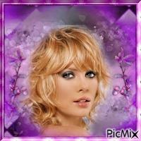 femme blonde dans un cadre lilas