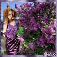 Hübsches Mädchen mit duftendem lila Flieder