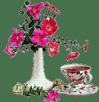 Vase avec pétunias et tasse de thé